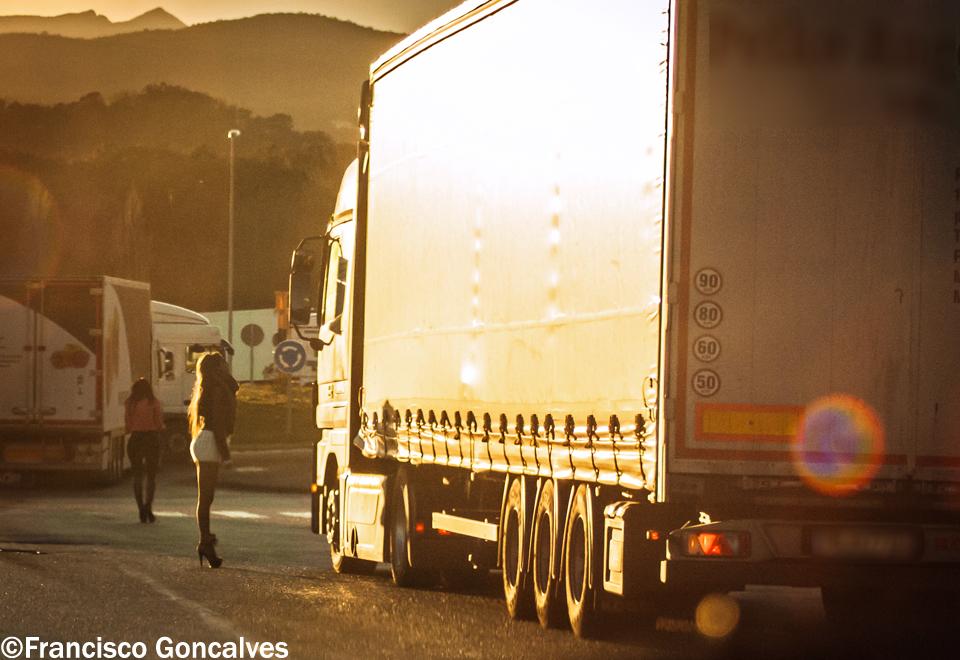 En la carretera cerca del pueblo hay algunas chicas trabajando / In the road close to the town there are some girls working