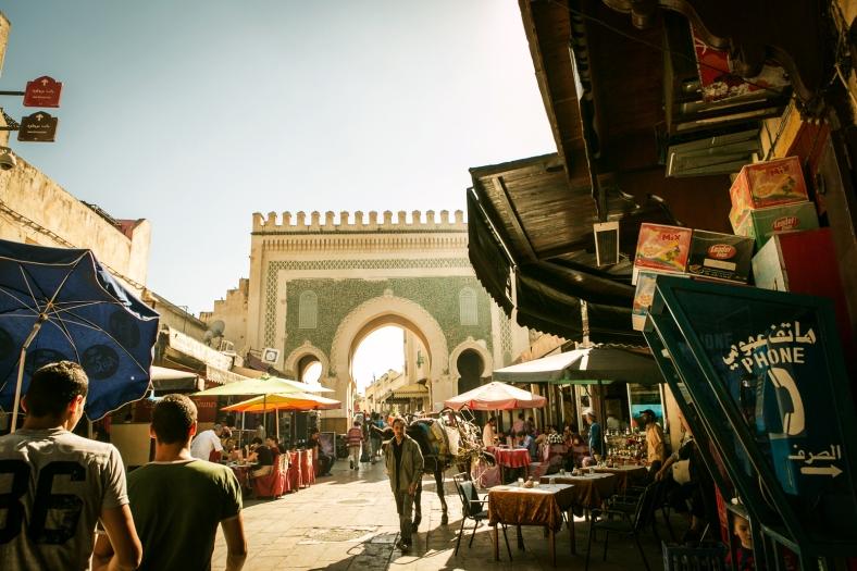 La Puerta Bab Bou Jeloud, rodeada de restaurantes.