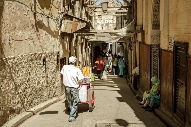 Por la calles de la medina no paran de subir y bajar carros y mercancías.