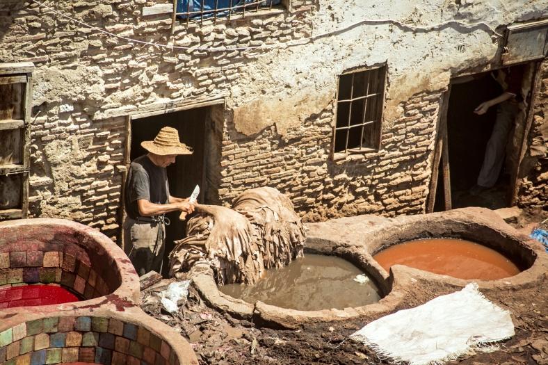 Un trabajador en la Curtiduría Chouwara