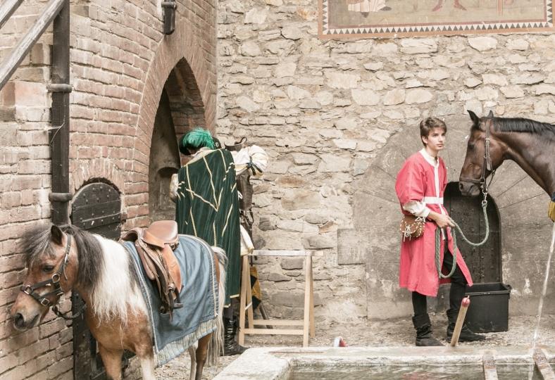 Actores y caballos en el Borgo Medievale