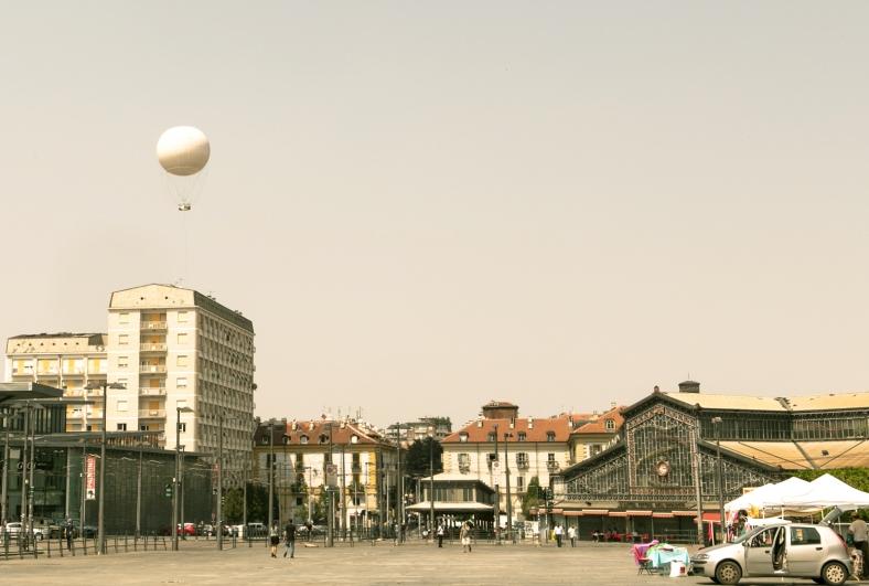 El globo aerostático visto desde Porta Palazzo