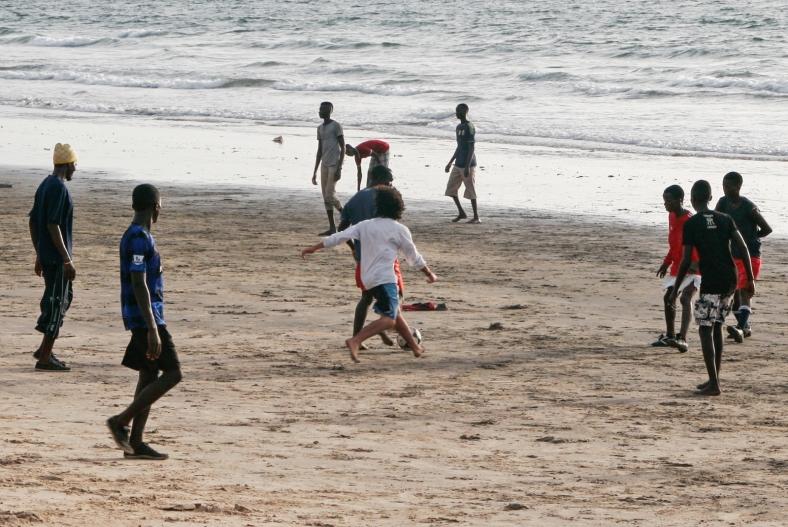 Jugando fútbol en la playa