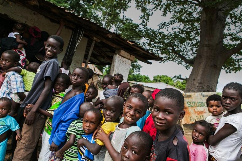 Niños en una aldea