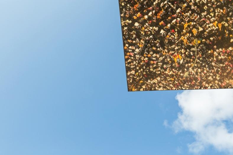 El cielo y el reflejo en el techo del mercado de Encants