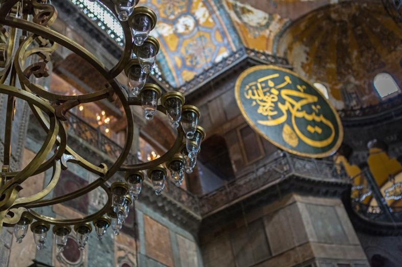 Elementos islámicos y los enormes candelabros