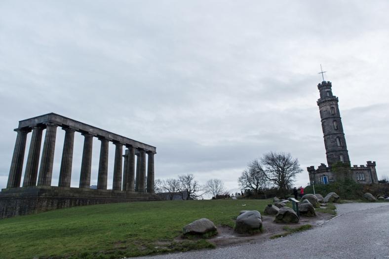 Gracias al National Monument (derecha) llaman a Edimburgo la Atenas del Norte