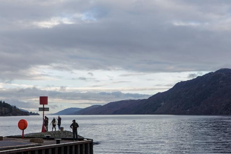 Turistas en uno de los extremos del lago.