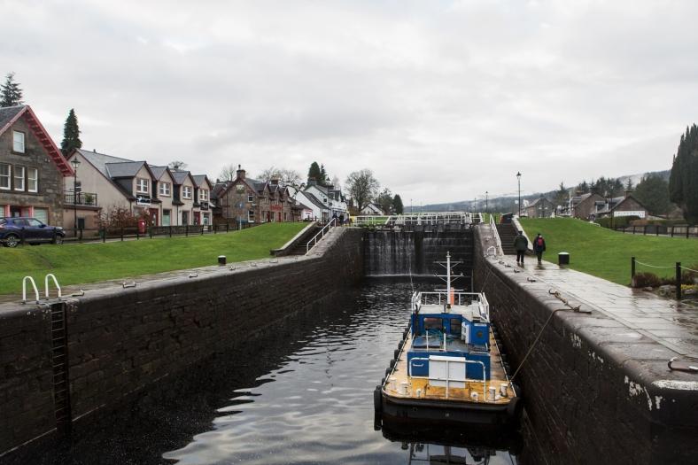 Las esclusas del canal permiten a los barcos salvar los desniveles del terreno.