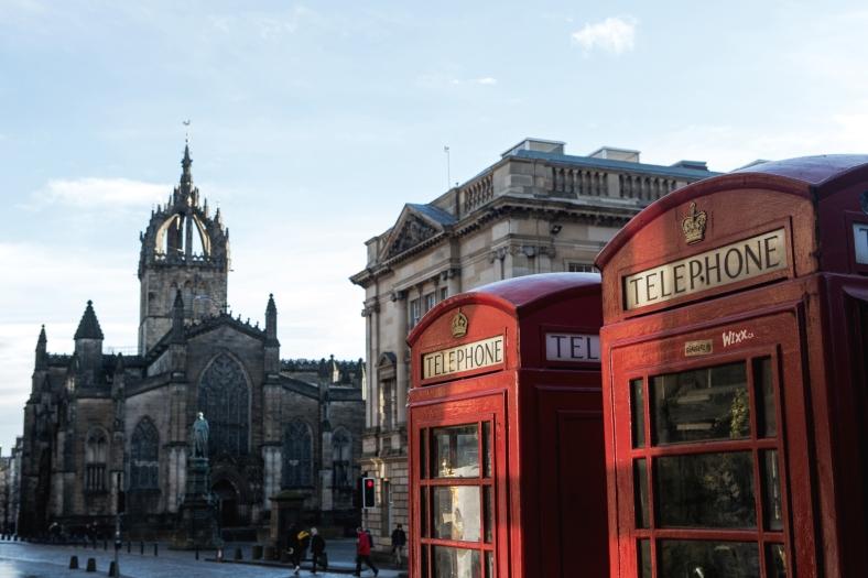 Las clásicas cabinas telefónicas con la Catedral de St. Giles' al fondo.
