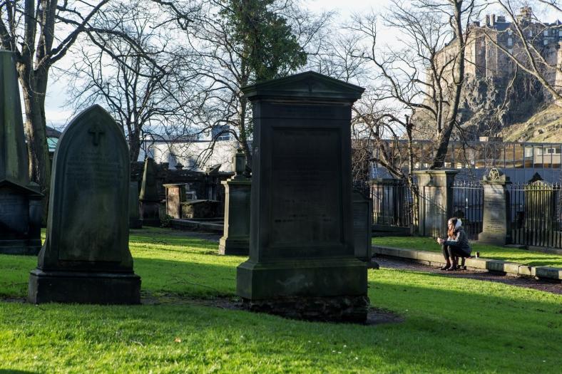 Gente haciendo aprovechando el sol para comer al aire libre... en el cementerio