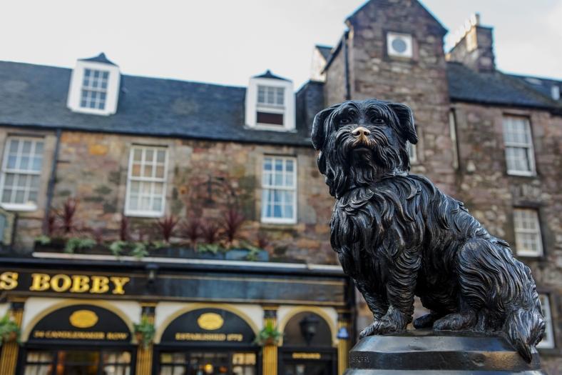 La estatua de Bobby, el perro que no separó de la tumba de su dueño.