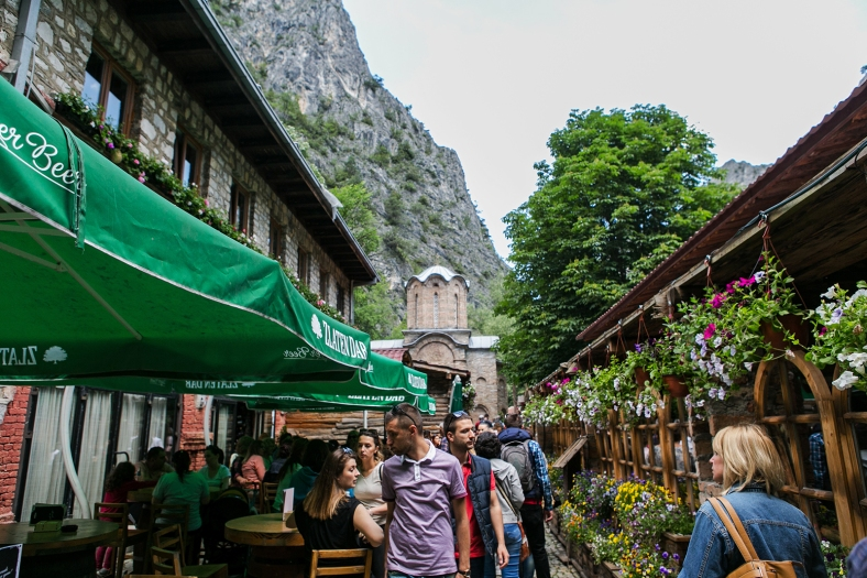 Restaurantes y el monasterio de San Andrés al fondo