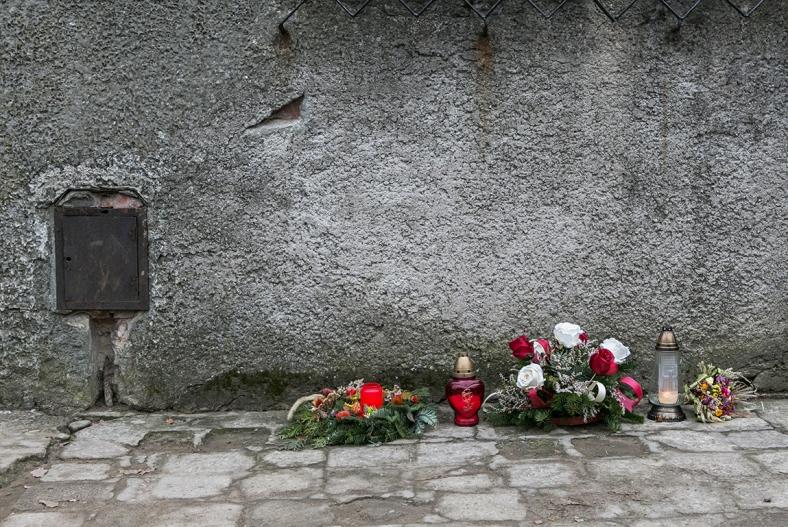Flores afuera de un crematorium