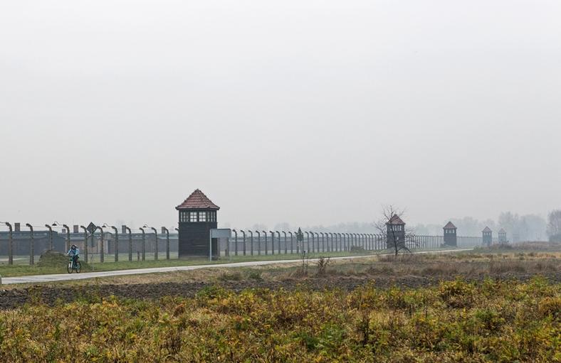 Camino junto al campo de Auschwitz II - Birkenau
