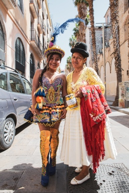 Chicas con vestidos típicos celebrando el Día Nacional de Bolivia